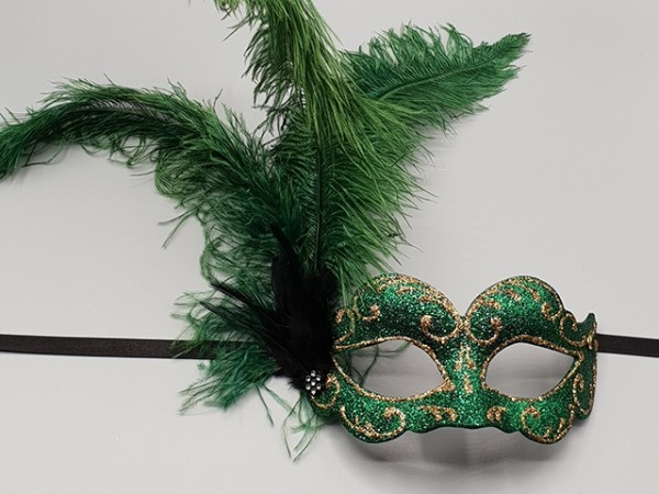 Ballmaske mit grünem Federbusch
