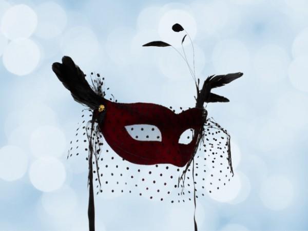 Rote Ballmaske mit Voile